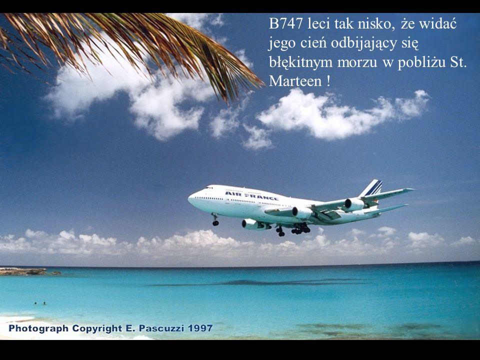B747 leci tak nisko, że widać jego cień odbijający się błękitnym morzu w pobliżu St. Marteen !