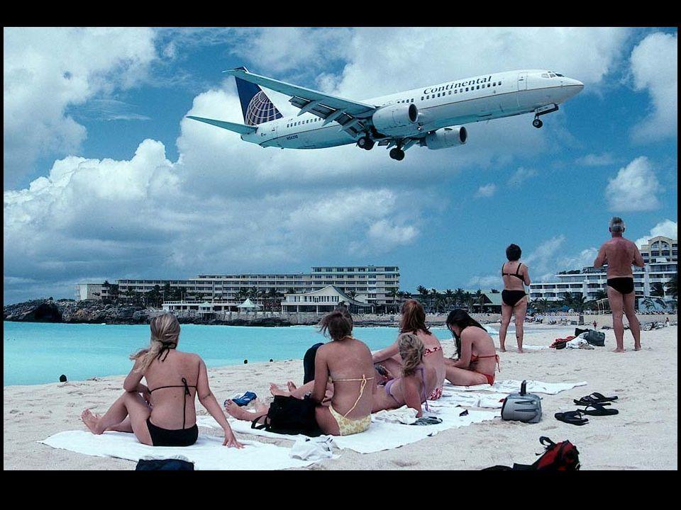 Na tym zdjęciu zrobionym z kabiny pilotów jednego z B747 latającego w barwach Air France, dokładnie widać jak wąski jest pas plaży znajdujący się tuż przed czołem lądowiska w St.