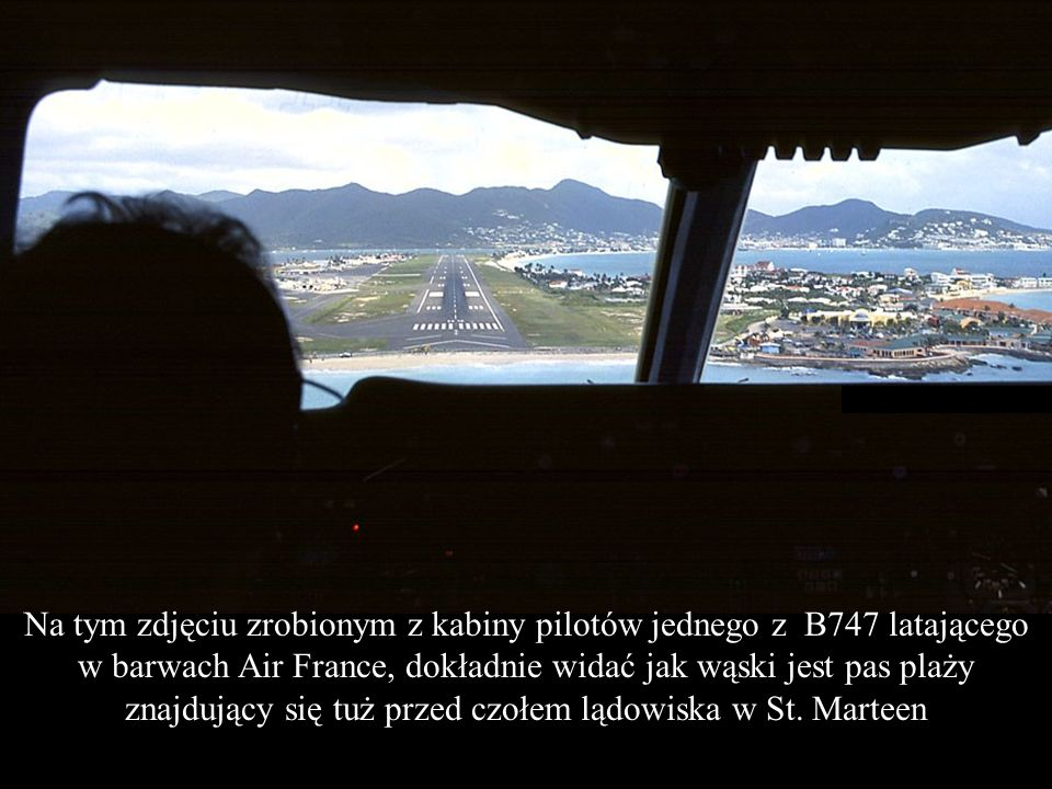 Na tym zdjęciu zrobionym z kabiny pilotów jednego z B747 latającego w barwach Air France, dokładnie widać jak wąski jest pas plaży znajdujący się tuż