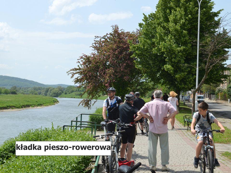 wzdłuż brzegu Sanu kładka pieszo-rowerowa