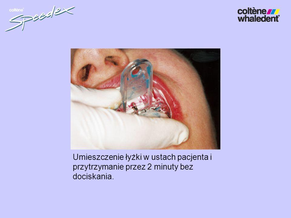 Umieszczenie łyżki w ustach pacjenta i przytrzymanie przez 2 minuty bez dociskania.