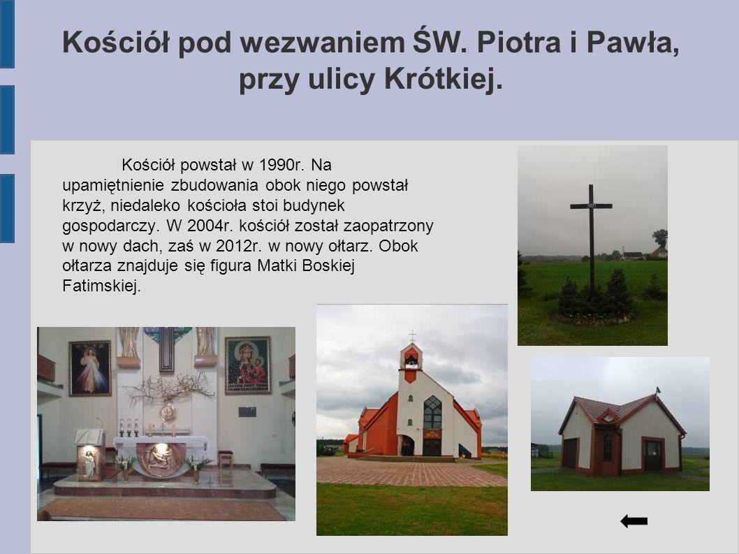 Kościół pod wezwaniem ŚW. Piotra i Pawła, przy ulicy Krótkiej. Kościół powstał w 1990r. Na upamiętnienie zbudowania obok niego powstał krzyż, niedalek