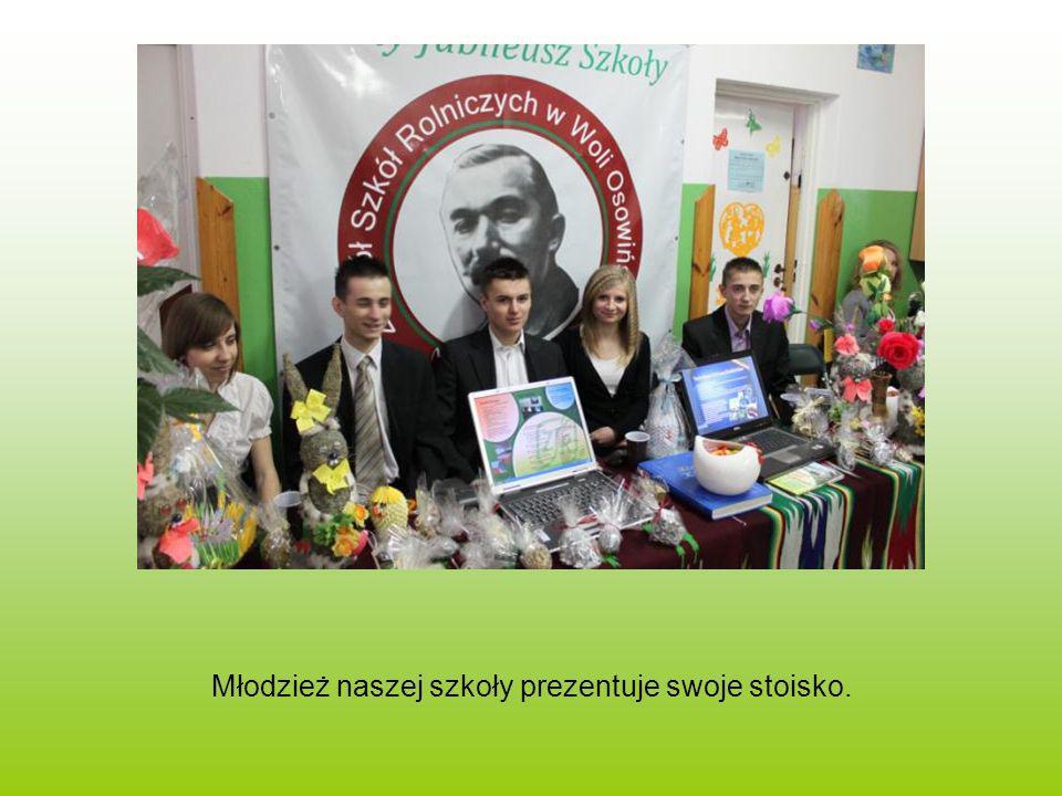 Młodzież naszej szkoły prezentuje swoje stoisko.