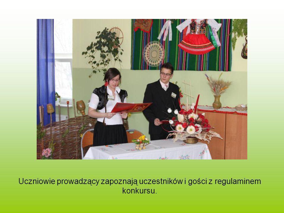 Uczniowie prowadzący zapoznają uczestników i gości z regulaminem konkursu.