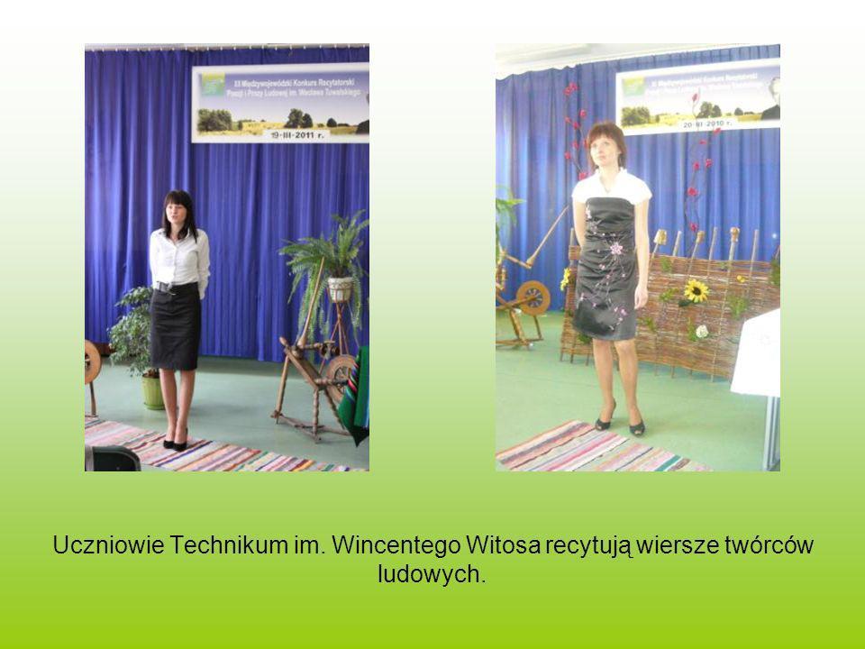 Uczniowie Technikum im. Wincentego Witosa recytują wiersze twórców ludowych.