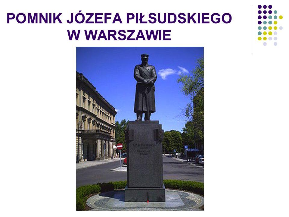 PLAC JÓZEFA PIŁSUDSKIEGO W WARSZAWIE Plac marszałka Józefa Piłsudskiego to dawny dziedziniec Pałacu Saskiego, wysadzonego przez Niemców w czasie II wojny światowej.