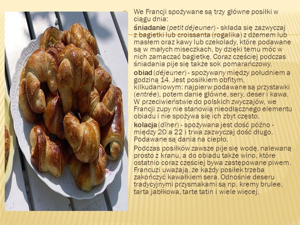 We Francji spożywane są trzy główne posiłki w ciągu dnia: śniadanie (petit déjeuner) - składa się zazwyczaj z bagietki lub croissanta (rogalika) z dże