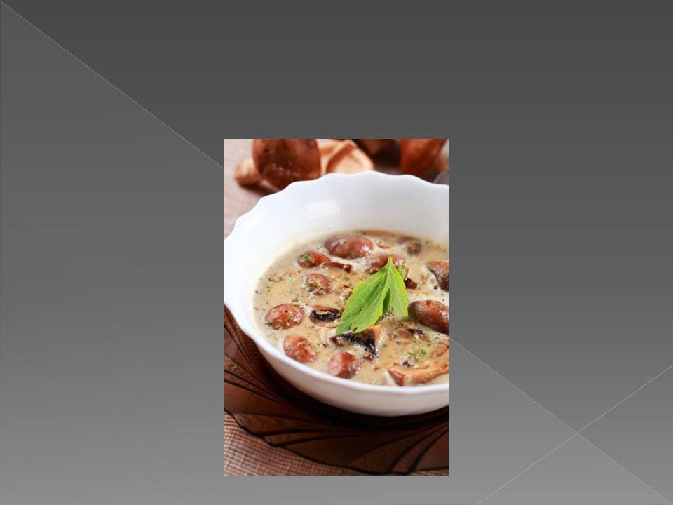 Składniki: 500g kapusty kiszonej 100g łuskanego grochu Garść grzybów suszonych 1 cebula Liść laurowy, sól, pieprz Olej Mąka Sposób przygotowania: Groch namaczamy na noc, następnie zalewamy świeżą wodą, lekko solimy i gotujemy do miękkości.