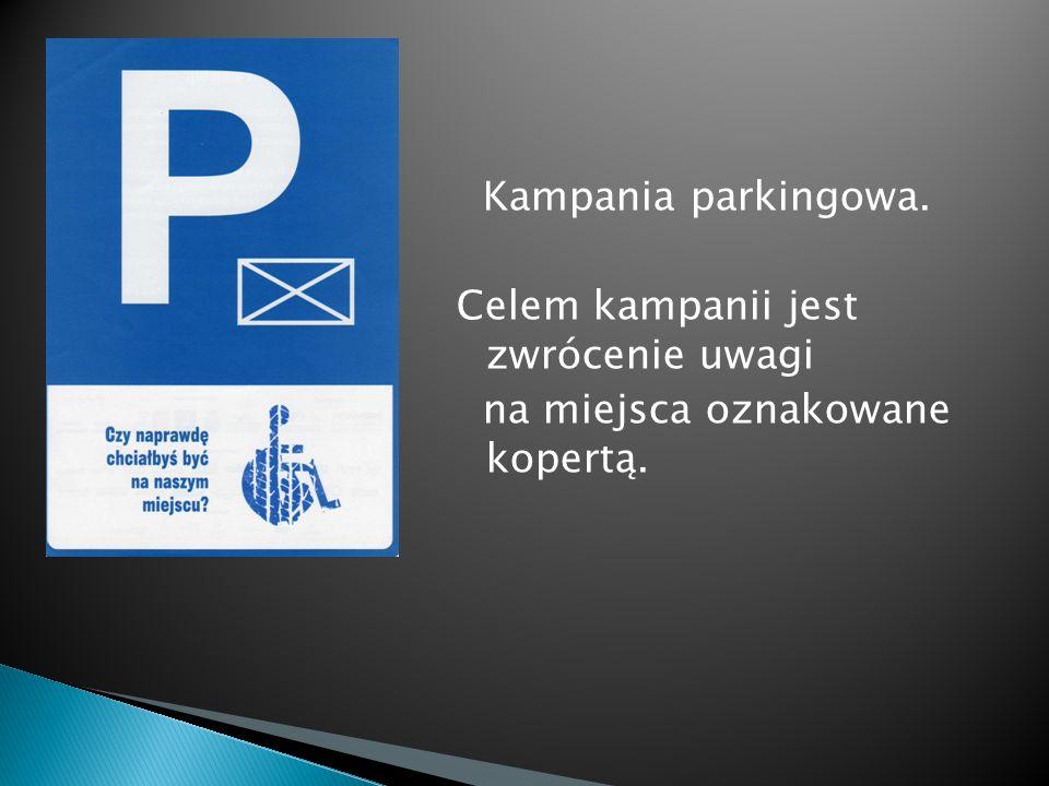 Kampania parkingowa. Celem kampanii jest zwrócenie uwagi na miejsca oznakowane kopertą.