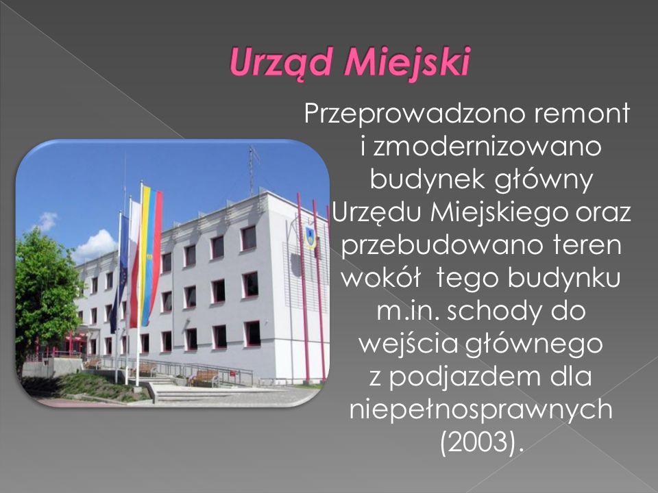 Przeprowadzono remont i zmodernizowano budynek główny Urzędu Miejskiego oraz przebudowano teren wokół tego budynku m.in. schody do wejścia głównego z