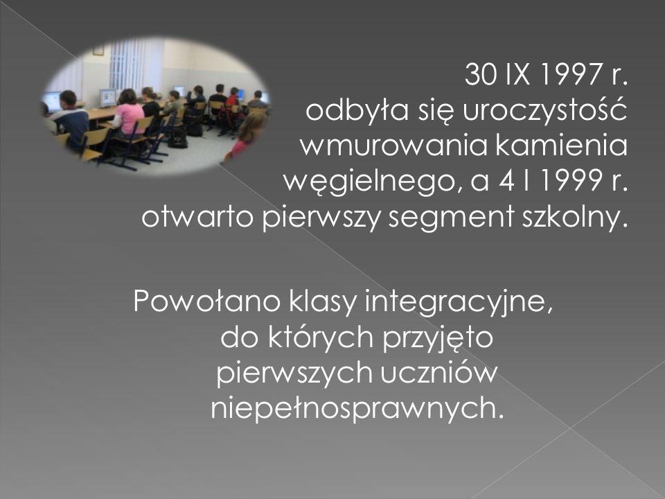 30 IX 1997 r. odbyła się uroczystość wmurowania kamienia węgielnego, a 4 I 1999 r. otwarto pierwszy segment szkolny. Powołano klasy integracyjne, do k