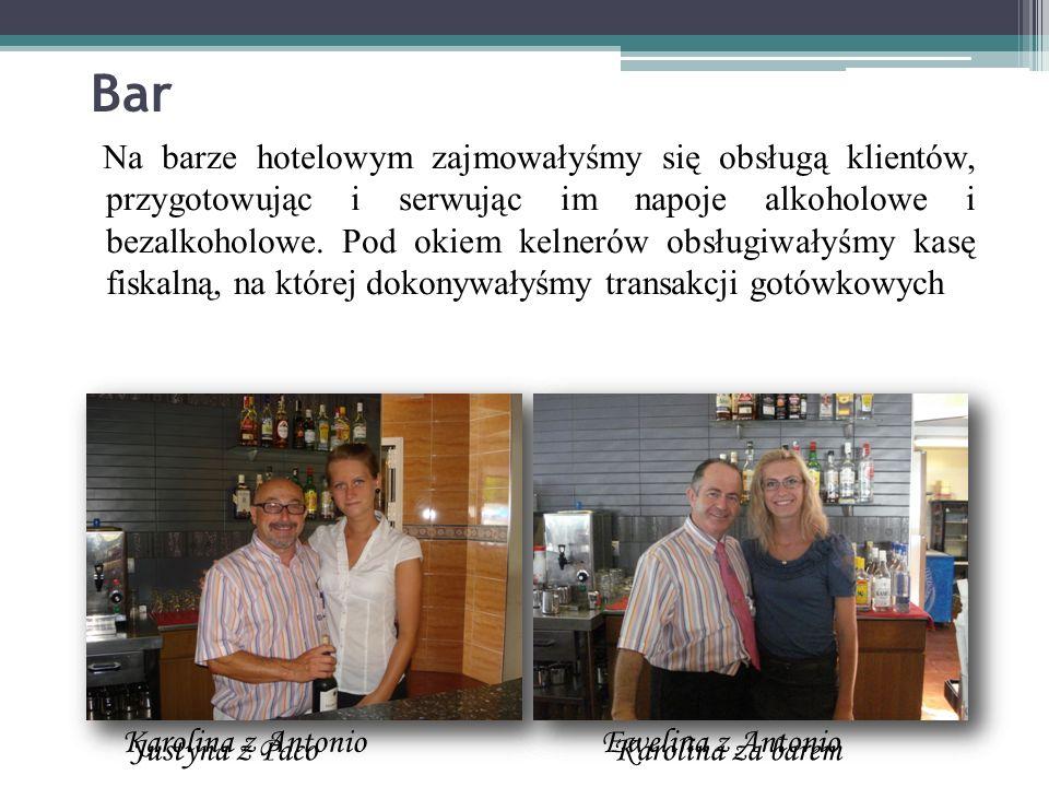 Bar Na barze hotelowym zajmowałyśmy się obsługą klientów, przygotowując i serwując im napoje alkoholowe i bezalkoholowe. Pod okiem kelnerów obsługiwał