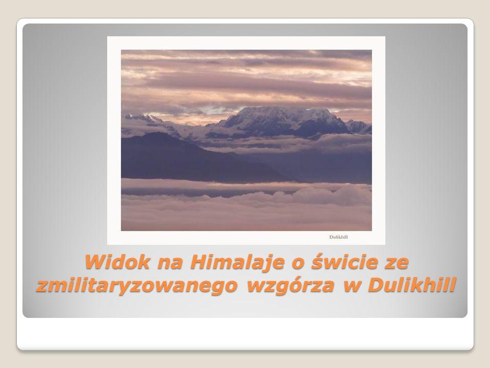 Widok na Himalaje o świcie ze zmilitaryzowanego wzgórza w Dulikhill Widok na Himalaje o świcie ze zmilitaryzowanego wzgórza w Dulikhill