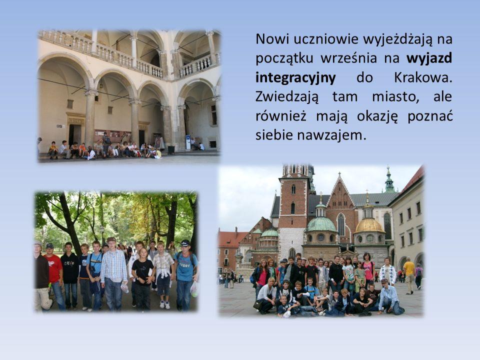 Nowi uczniowie wyjeżdżają na początku września na wyjazd integracyjny do Krakowa. Zwiedzają tam miasto, ale również mają okazję poznać siebie nawzajem
