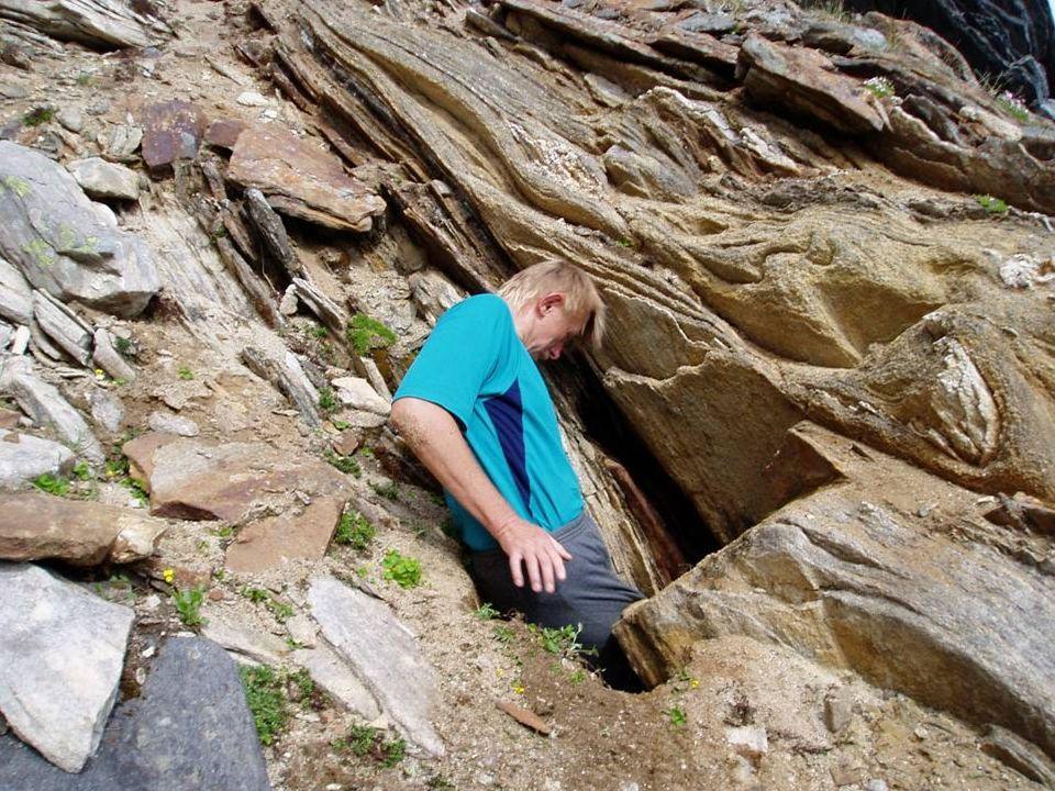 Na początek wybraliśmy górę Goaivovárri Największa z nich j. Serowa miała 60 m długości i 19 m głębokości Znaleźliśmy tam 7 jaskiń Otwór jaskini Zęby
