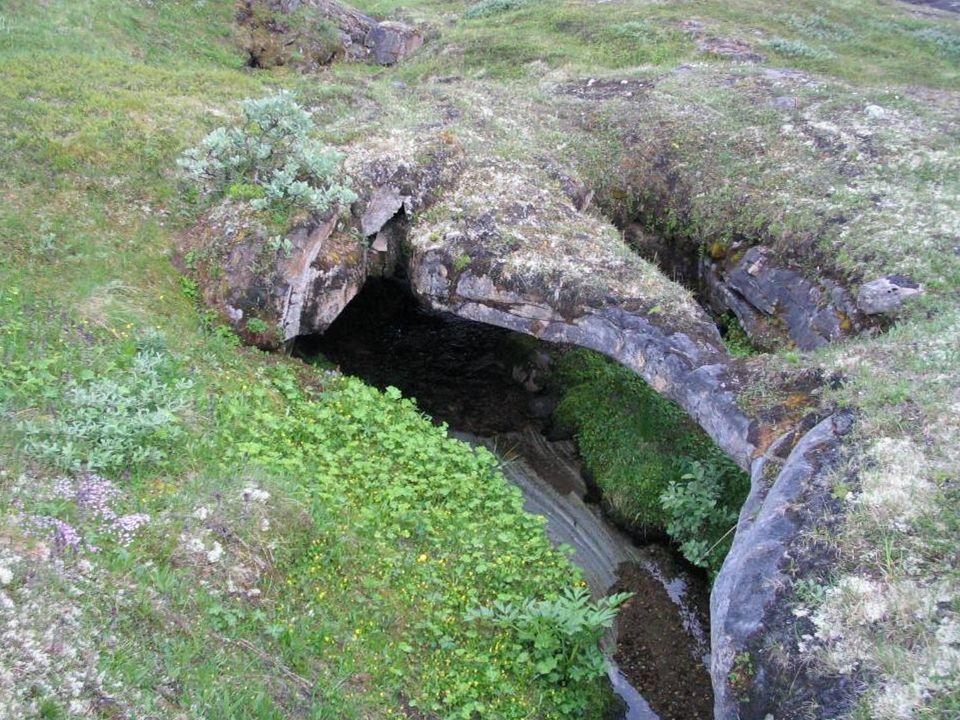 Woda w tym rejonie najczęściej drążyła skałę na niewielką głębokość. Efektem tego były zapadliska i marmurowe mosty