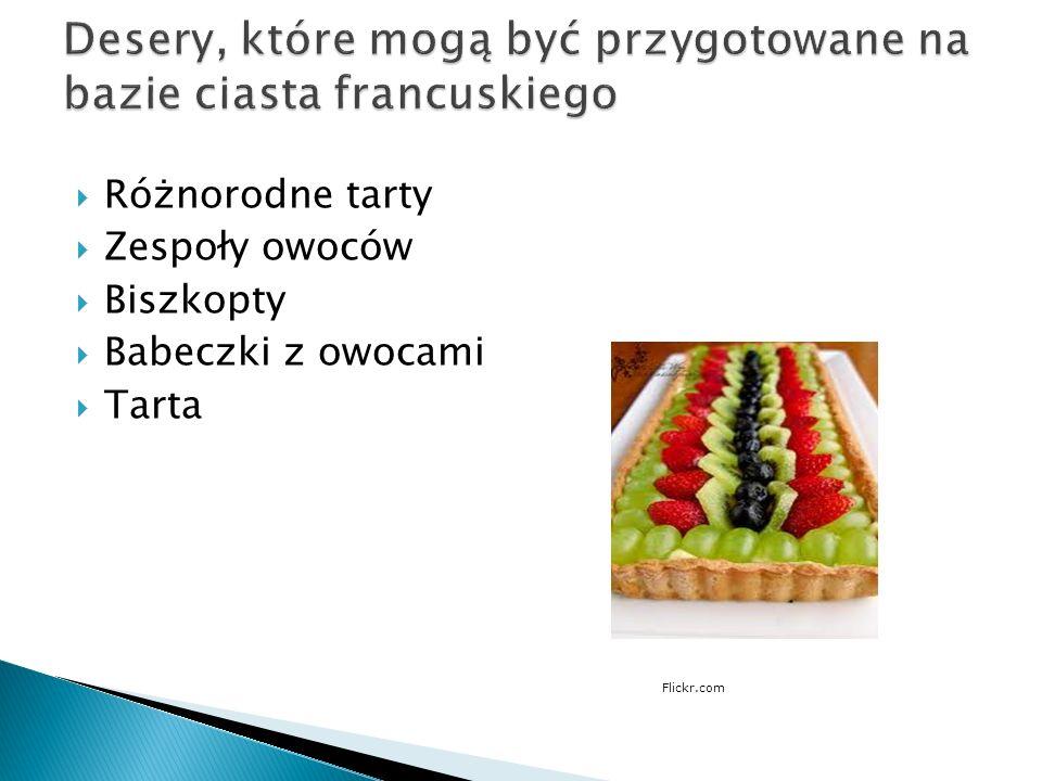 Kruche ciasto jest mieszanką wody, masła, cukru oraz bogatej w białko mąki.