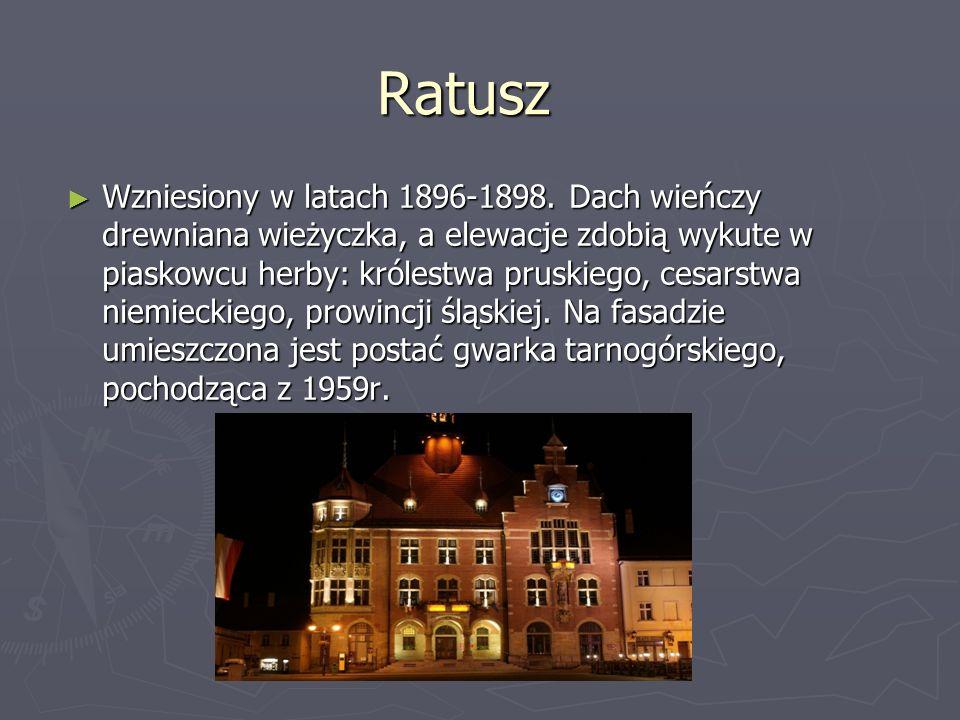 Ratusz Wzniesiony w latach 1896-1898. Dach wieńczy drewniana wieżyczka, a elewacje zdobią wykute w piaskowcu herby: królestwa pruskiego, cesarstwa nie