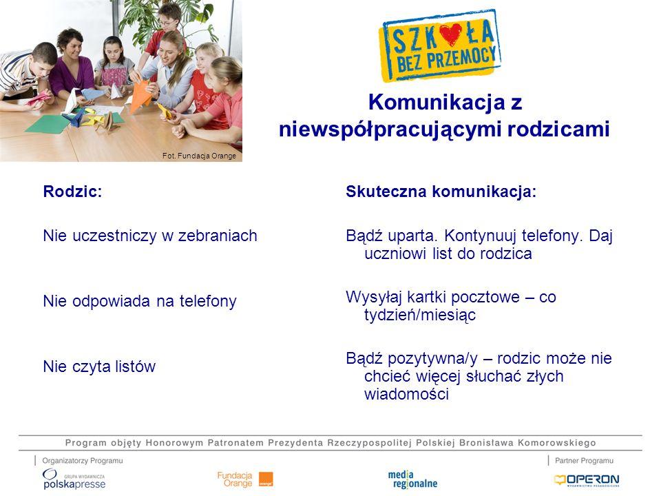 Fot. Fundacja Orange Komunikacja z niewspółpracującymi rodzicami Rodzic: Nie uczestniczy w zebraniach Nie odpowiada na telefony Nie czyta listów Skute