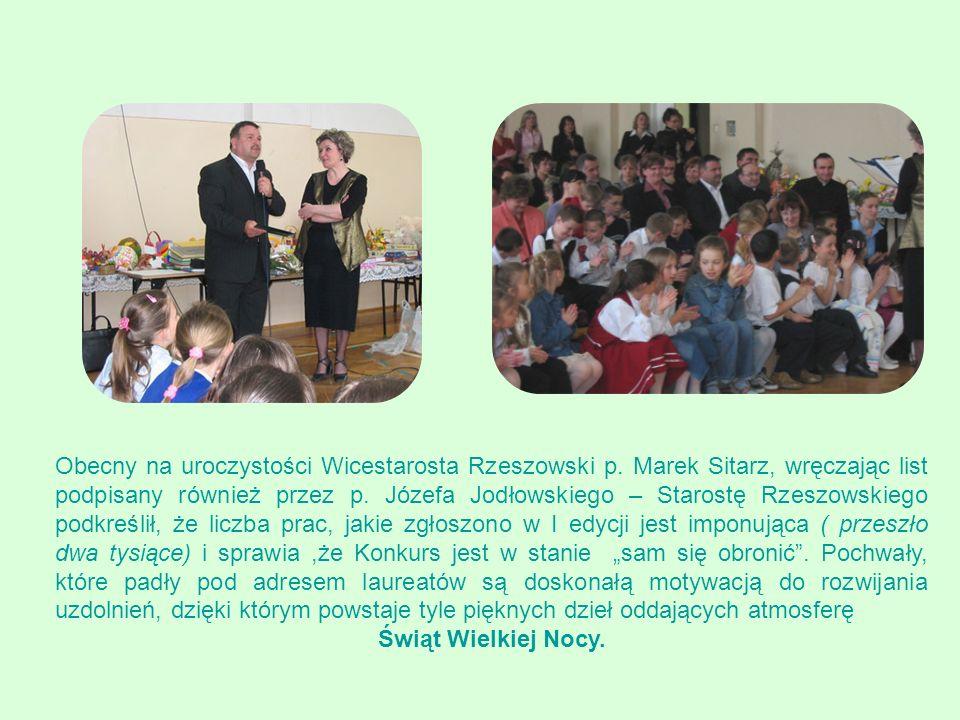 Upominki w postaci książek, maskotek, puzzli, ufundowane przez Zarząd Powiatu Rzeszowskiegoi Bank Spółdzielczy w Niechobrzu wręczali: ks.