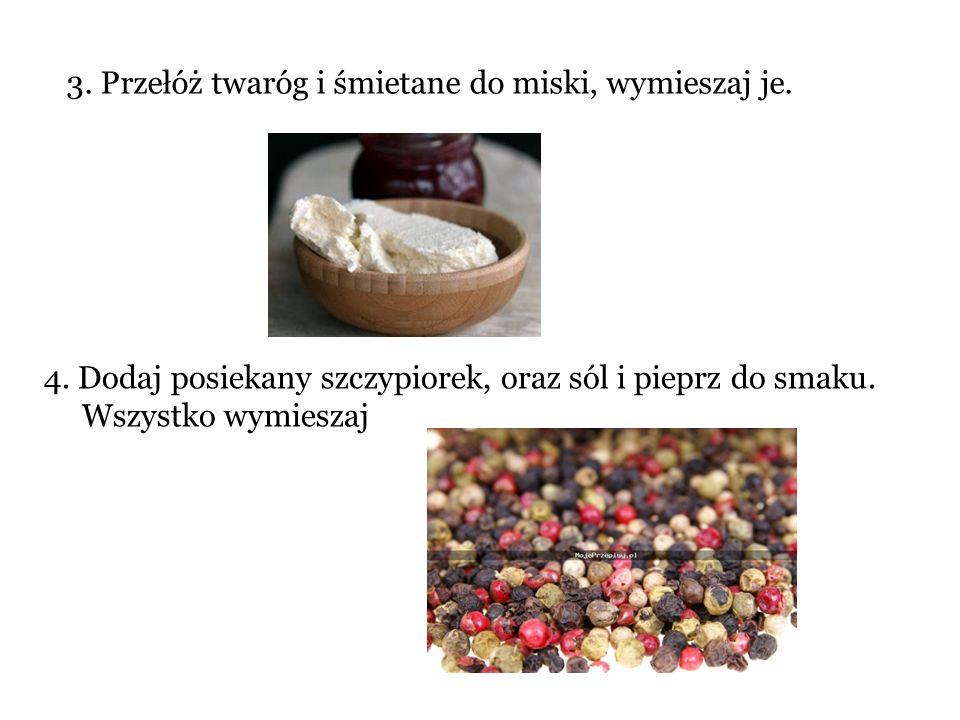 3. Przełóż twaróg i śmietane do miski, wymieszaj je.