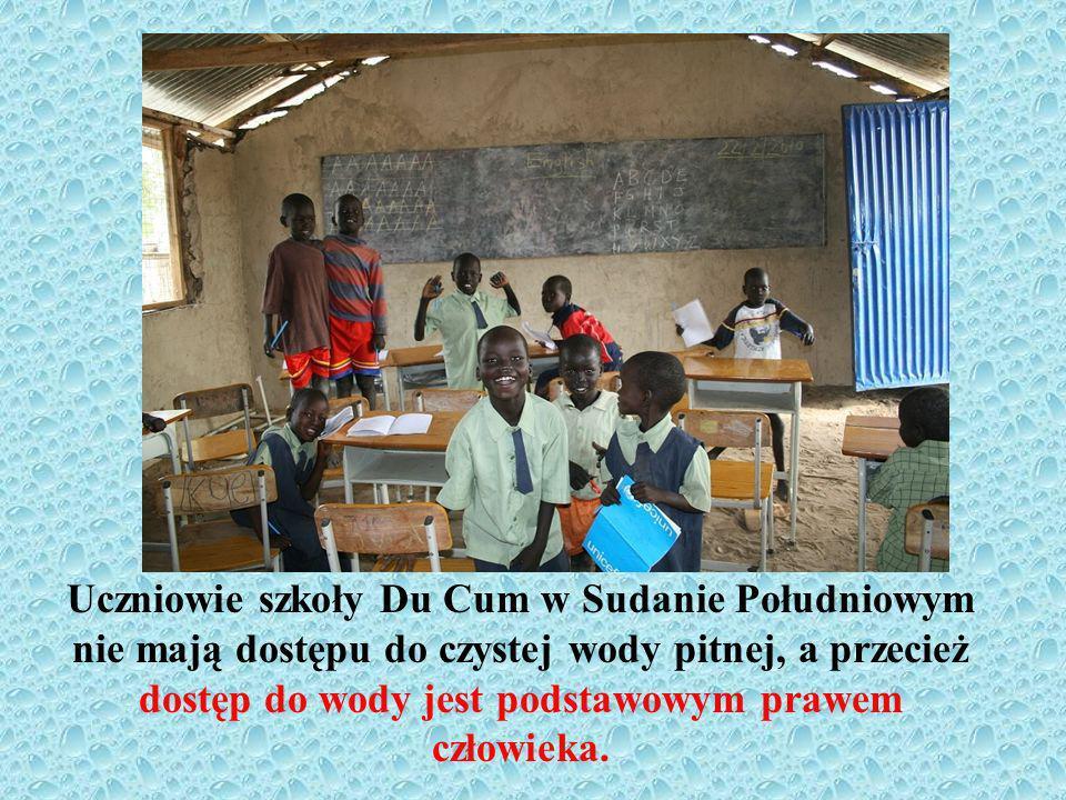 Uczniowie szkoły Du Cum w Sudanie Południowym nie mają dostępu do czystej wody pitnej, a przecież dostęp do wody jest podstawowym prawem człowieka.