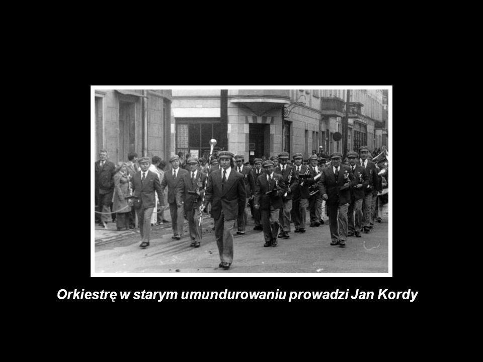 Orkiestrę w starym umundurowaniu prowadzi Jan Kordy