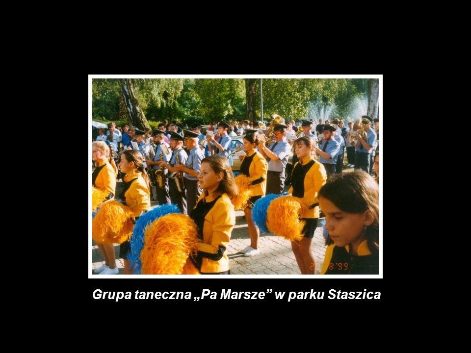 Grupa taneczna Pa Marsze w parku Staszica