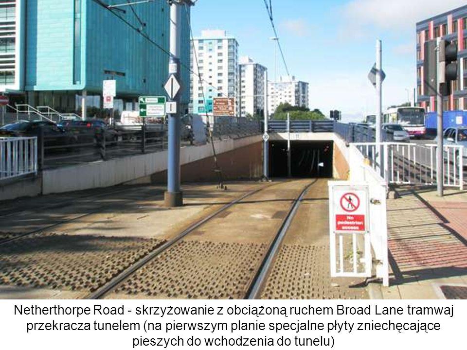 Netherthorpe Road - skrzyżowanie z obciążoną ruchem Broad Lane tramwaj przekracza tunelem (na pierwszym planie specjalne płyty zniechęcające pieszych