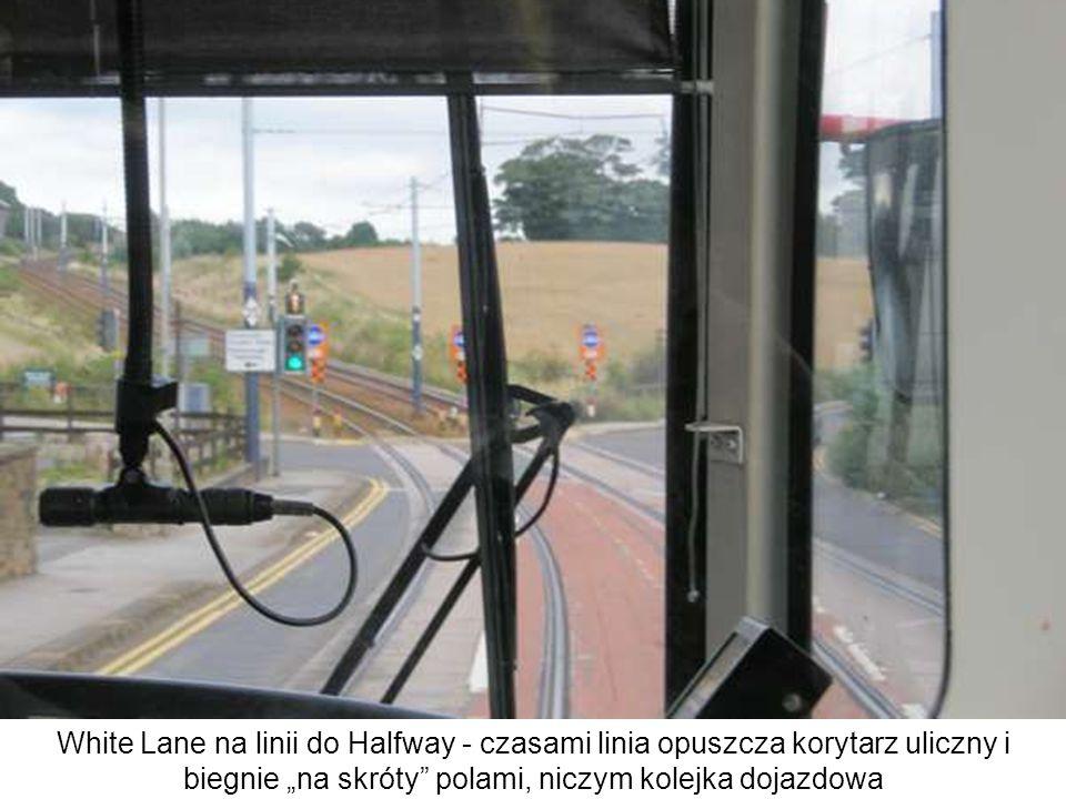White Lane na linii do Halfway - czasami linia opuszcza korytarz uliczny i biegnie na skróty polami, niczym kolejka dojazdowa
