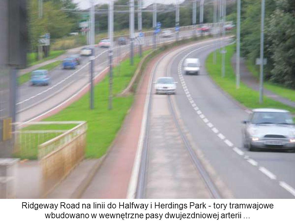 Ridgeway Road na linii do Halfway i Herdings Park - tory tramwajowe wbudowano w wewnętrzne pasy dwujezdniowej arterii...