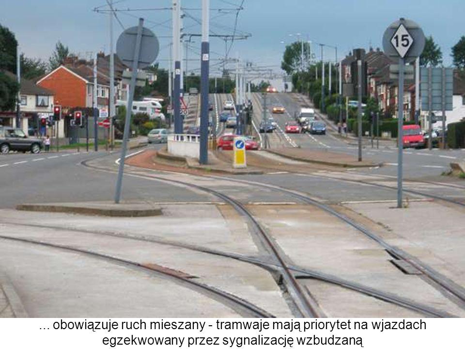 ... obowiązuje ruch mieszany - tramwaje mają priorytet na wjazdach egzekwowany przez sygnalizację wzbudzaną
