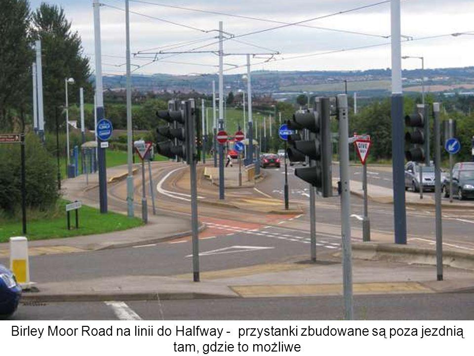 Birley Moor Road na linii do Halfway - przystanki zbudowane są poza jezdnią tam, gdzie to możliwe