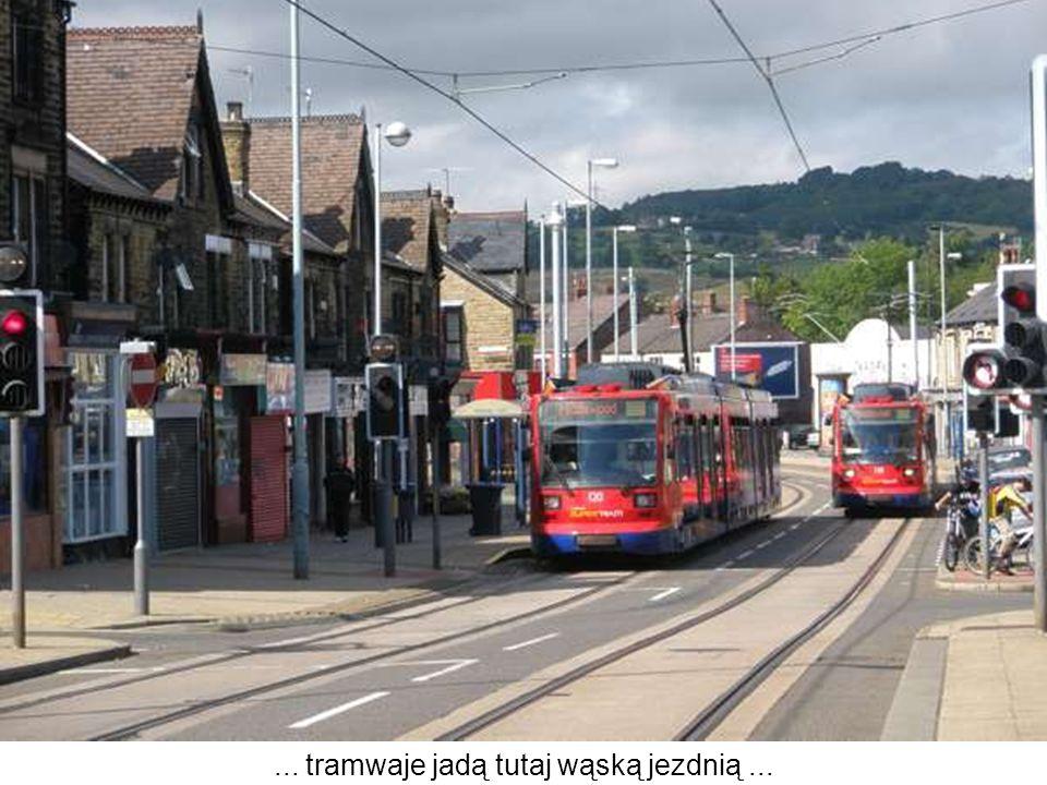 ... tramwaje jadą tutaj wąską jezdnią...