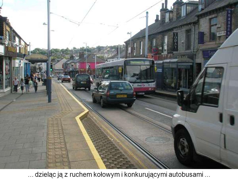 ... dzieląc ją z ruchem kołowym i konkurującymi autobusami...
