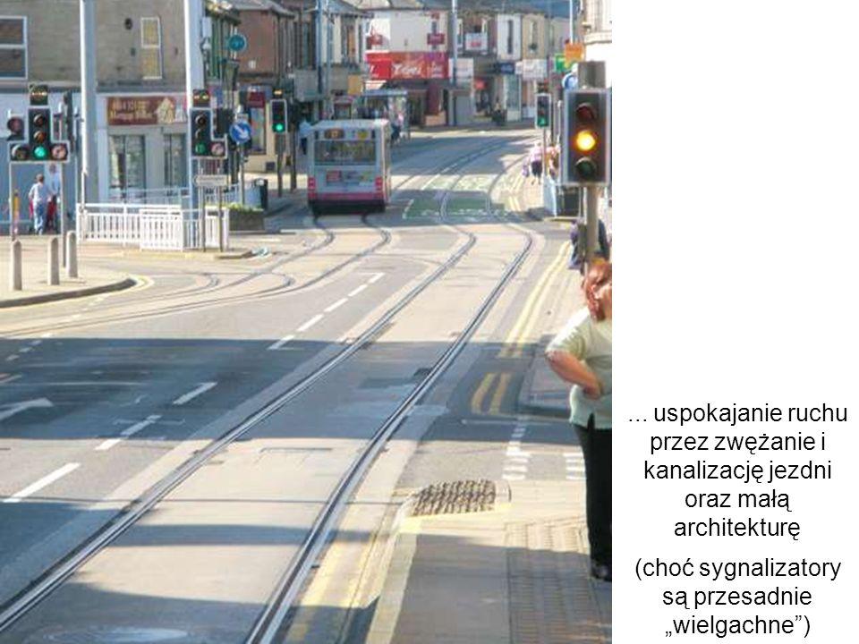 ... uspokajanie ruchu przez zwężanie i kanalizację jezdni oraz małą architekturę (choć sygnalizatory są przesadnie wielgachne)
