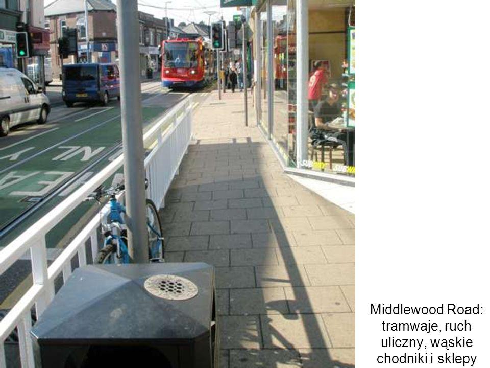 Middlewood Road: tramwaje, ruch uliczny, wąskie chodniki i sklepy słupy: czy rzeczywiście daleko polepszyła się jakość przestrzeni na tej ulicy...?