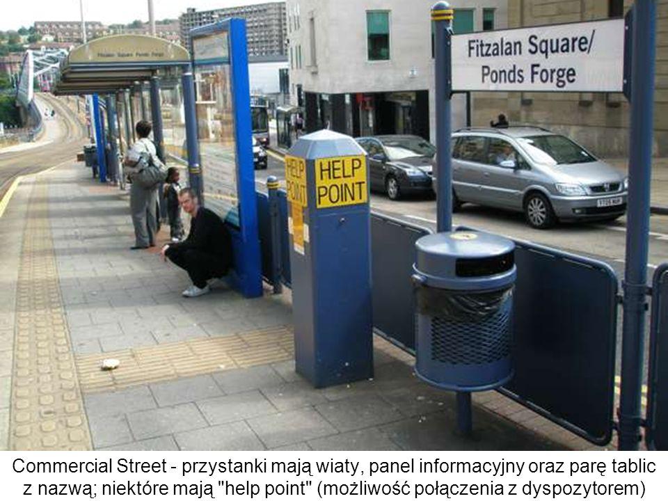 Commercial Street - przystanki mają wiaty, panel informacyjny oraz parę tablic z nazwą; niektóre mają