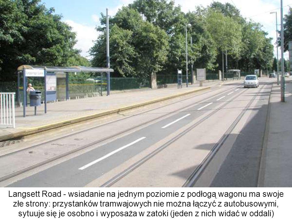 Langsett Road - wsiadanie na jednym poziomie z podłogą wagonu ma swoje złe strony: przystanków tramwajowych nie można łączyć z autobusowymi, sytuuje s