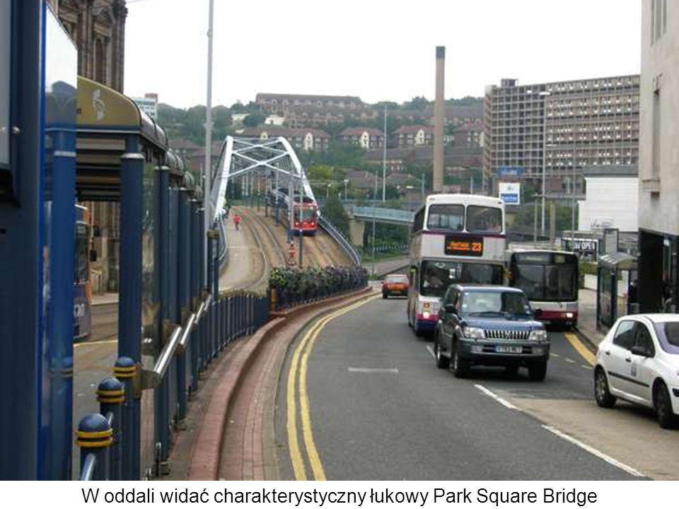 W oddali widać charakterystyczny łukowy Park Square Bridge