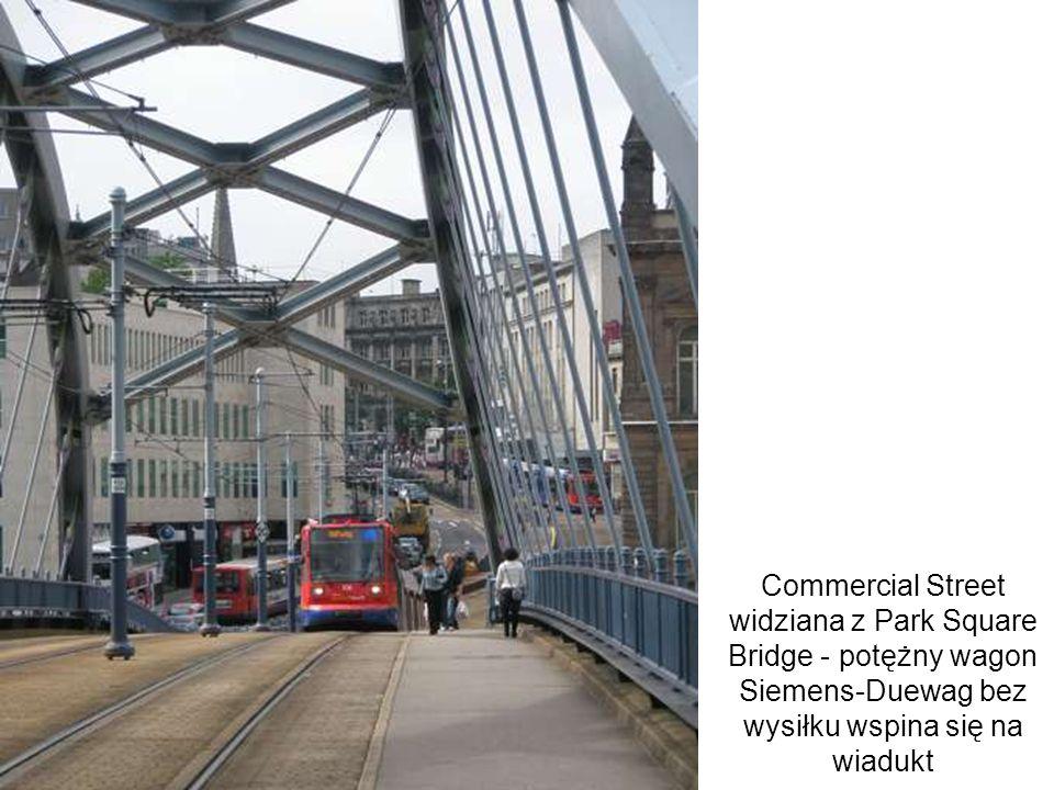 Commercial Street widziana z Park Square Bridge - potężny wagon Siemens-Duewag bez wysiłku wspina się na wiadukt