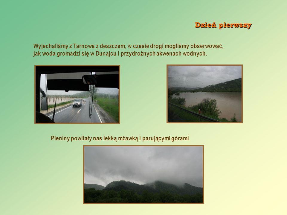 Wyjechaliśmy z Tarnowa z deszczem, w czasie drogi mogliśmy obserwować, jak woda gromadzi się w Dunajcu i przydrożnych akwenach wodnych. Pieniny powita