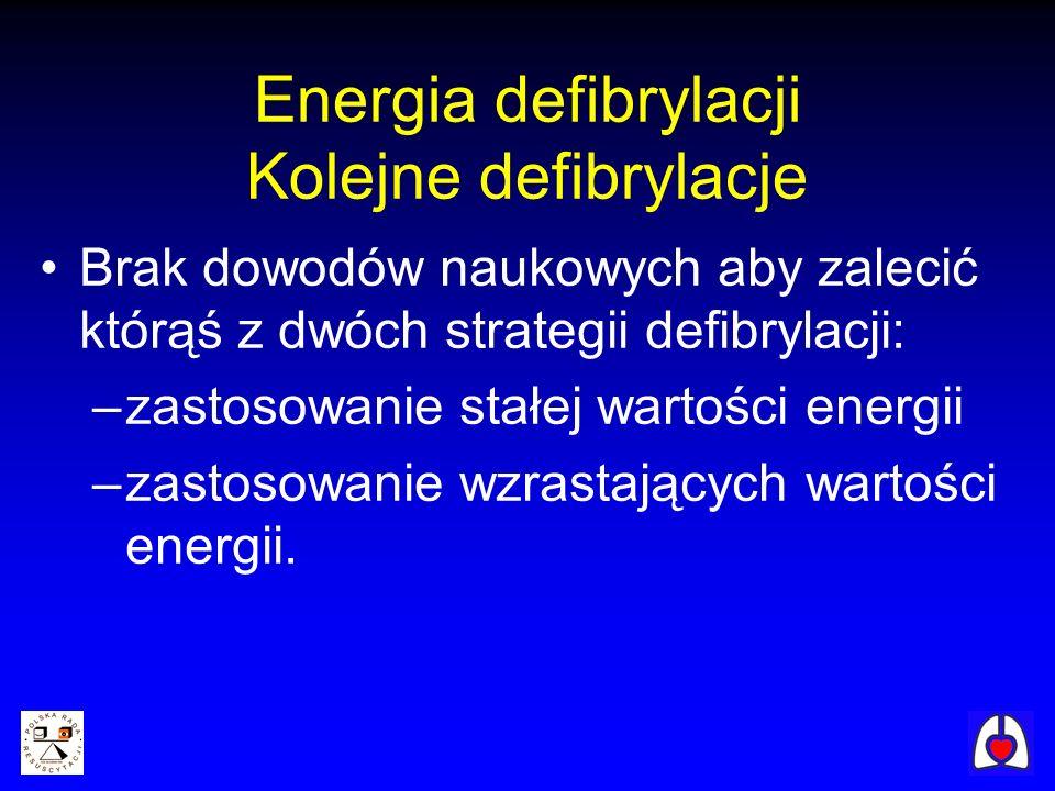 Energia defibrylacji Kolejne defibrylacje Brak dowodów naukowych aby zalecić którąś z dwóch strategii defibrylacji: –zastosowanie stałej wartości ener