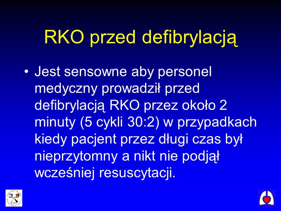 RKO przed defibrylacją Jest sensowne aby personel medyczny prowadził przed defibrylacją RKO przez około 2 minuty (5 cykli 30:2) w przypadkach kiedy pa