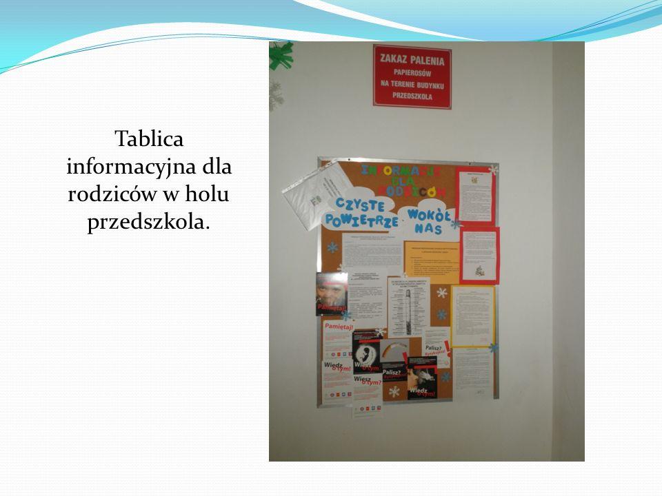 Tablica informacyjna dla rodziców w holu przedszkola.