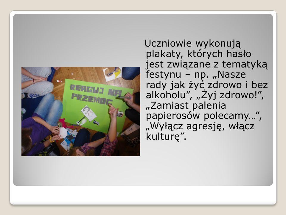 Uczniowie wykonują plakaty, których hasło jest związane z tematyką festynu – np. Nasze rady jak żyć zdrowo i bez alkoholu, Żyj zdrowo!, Zamiast paleni