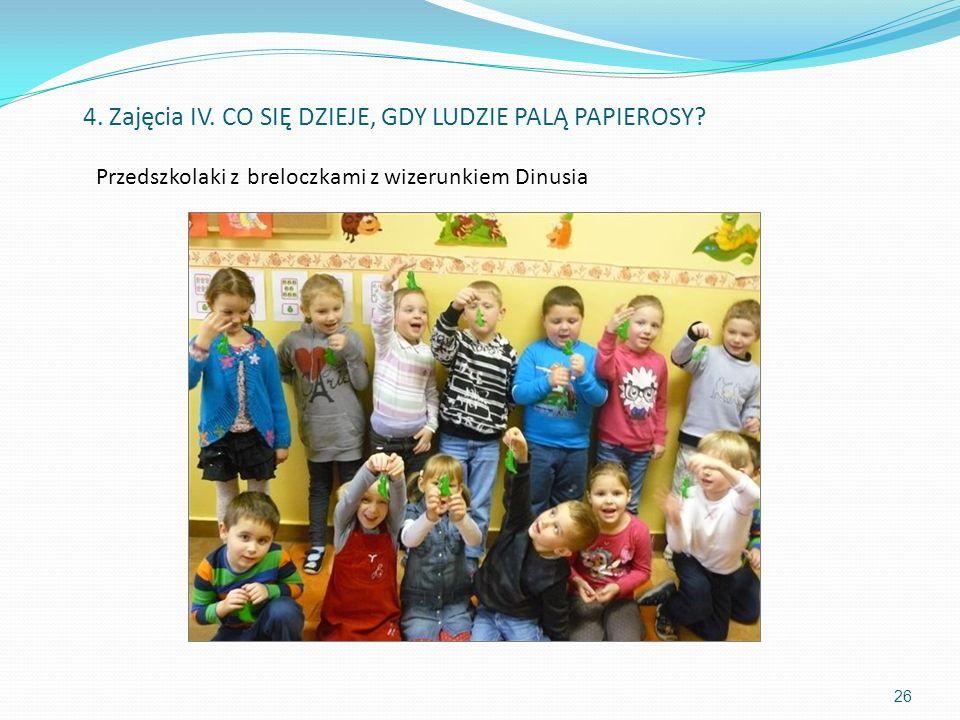 Przedszkolaki z breloczkami z wizerunkiem Dinusia 26 4. Zajęcia IV. CO SIĘ DZIEJE, GDY LUDZIE PALĄ PAPIEROSY?