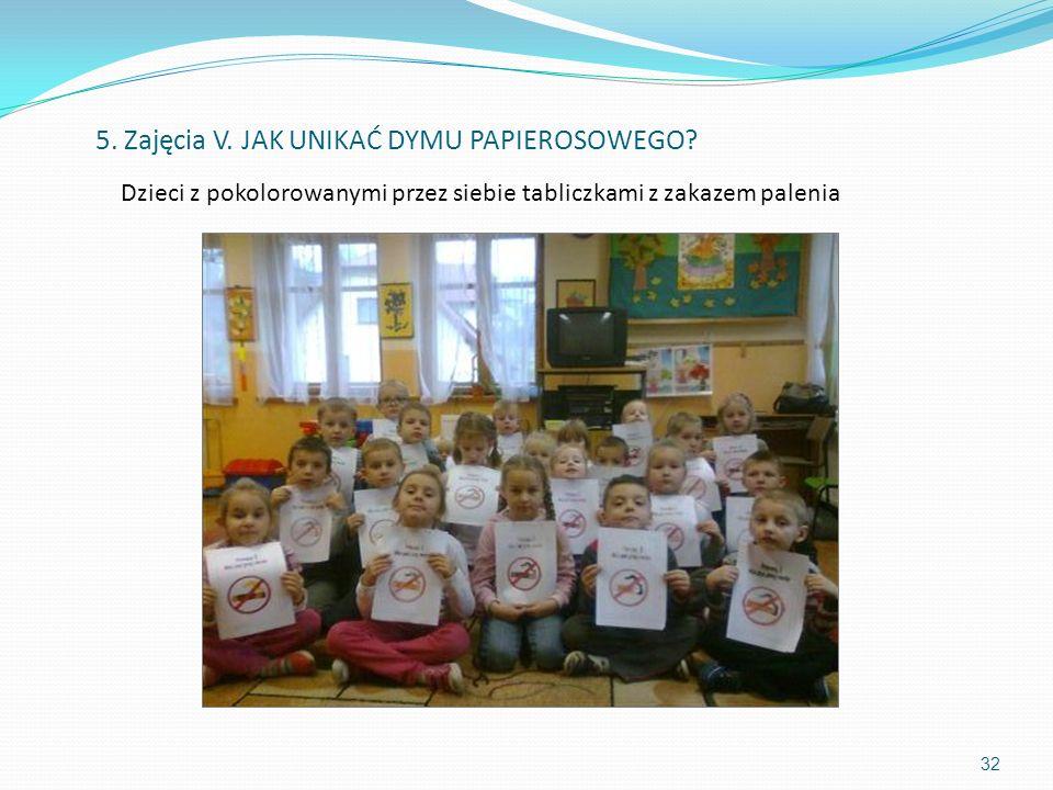 Dzieci z pokolorowanymi przez siebie tabliczkami z zakazem palenia 32 5. Zajęcia V. JAK UNIKAĆ DYMU PAPIEROSOWEGO?