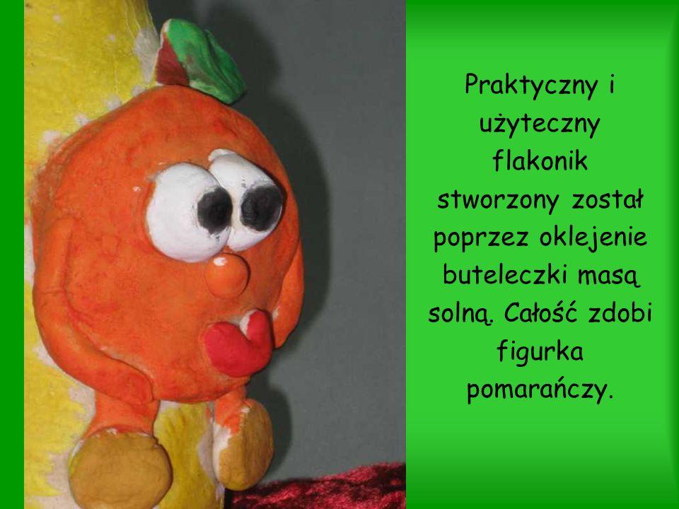 Praktyczny i użyteczny flakonik stworzony został poprzez oklejenie buteleczki masą solną. Całość zdobi figurka pomarańczy.