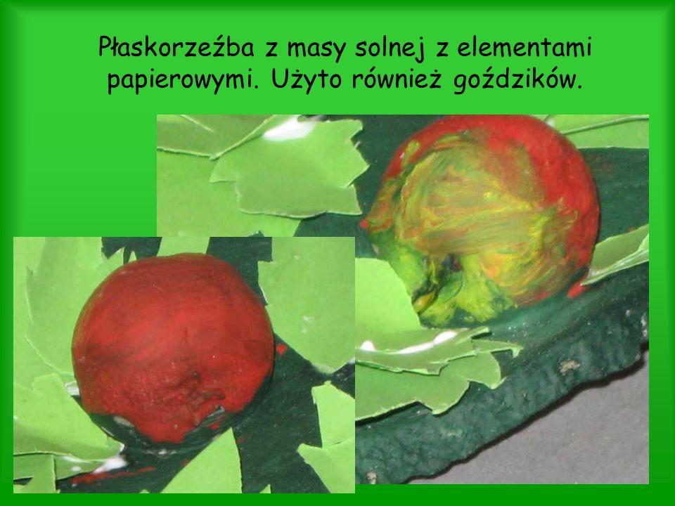 Płaskorzeźba z masy solnej z elementami papierowymi. Użyto również goździków.